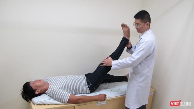 Bác sĩ BV Đại học Y Dược đang thăm khám cho bệnh nhân thoái hóa cột sống