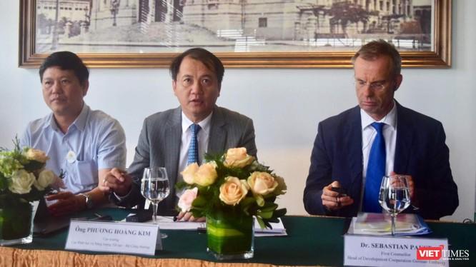 Ông Sebastian Paust - Bí thư thứ nhất, Trưởng phòng Hợp tác Phát triển ĐSQ Đức (ngoài cùng bên phải ảnh), bên cạnh là ông Phương Hoàng Kim - Cục trưởng Cục Điện lực và Năng lượng tái tạo; ông Nguyễn Quốc Dũng - Trưởng ban kinh doanh, Tập đoàn Điện lực