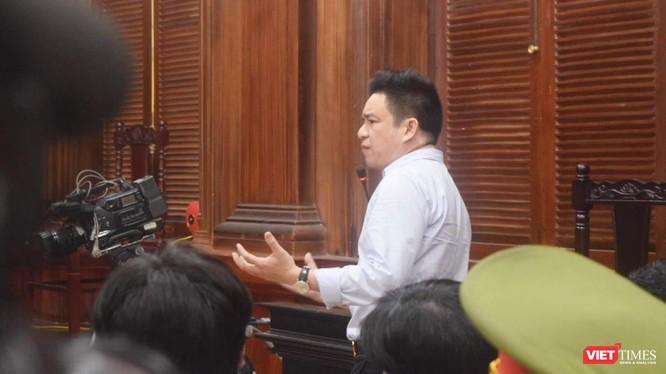 Bác sĩ Chiêm Quốc Thái bức xúc căng thẳng trong phiên tòa sơ thẩm