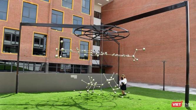 """Nghệ sĩ Ly Hoàng Ly bên tác phẩm Public Art """"Mật Mật Mật"""" được đặt trong khuôn viên trường EMASI Nam Long (TP.HCM)"""