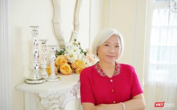 """Nhà thơ Doãn Linh vừa trở về từ Đài Loan, giới thiệu """"Khi đêm nở rộ như hoa"""""""