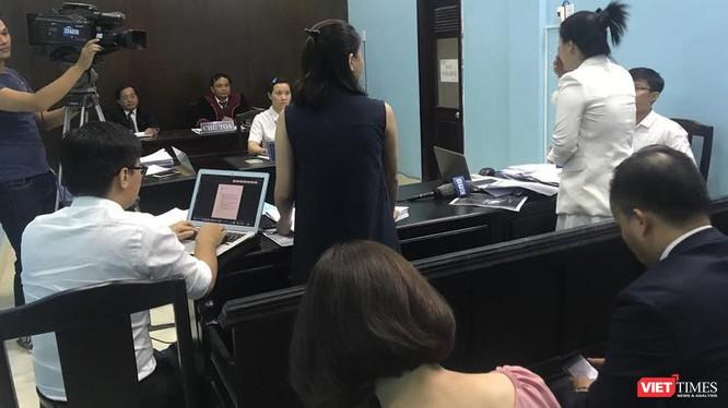 Đại diện Bệnh viện FV (áo đen) và bệnh nhân C (áo trắng) tranh luận căng thẳng tại phiên tòa.