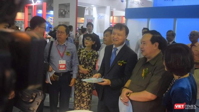 Ông Trương Quốc Cường – Thứ trưởng Bộ Y tế tham quan các gian hàng tại triển lãm