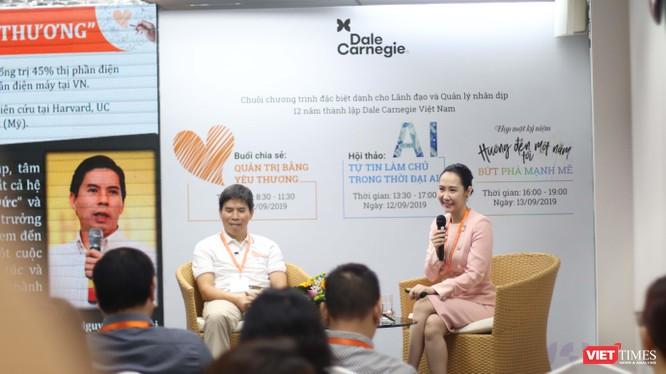 Cuộc đối thoại giữa ông Nguyễn Đức Tài – Chủ tịch HĐQT Thế giới di động và bà bà Nguyễn Trịnh Khánh Linh thu hút rất đông doanh nhân.