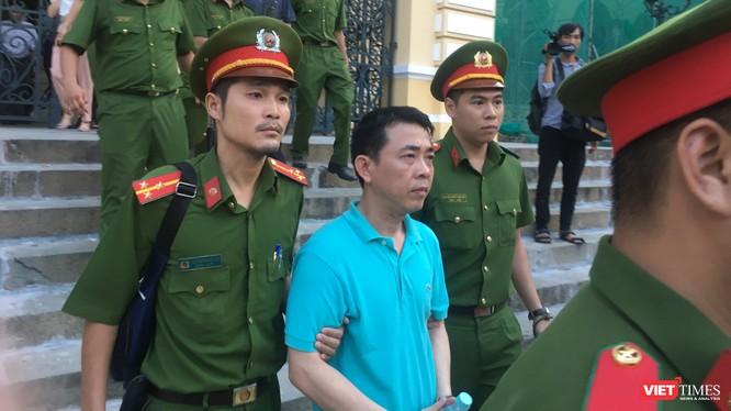 Bị cáo Nguyễn Minh Hùng rời tòa sau phiên xử chiều 25/9