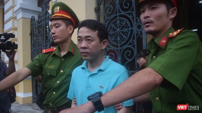 Bị cáo Nguyễn Minh Hùng bị áp tải tại tòa.