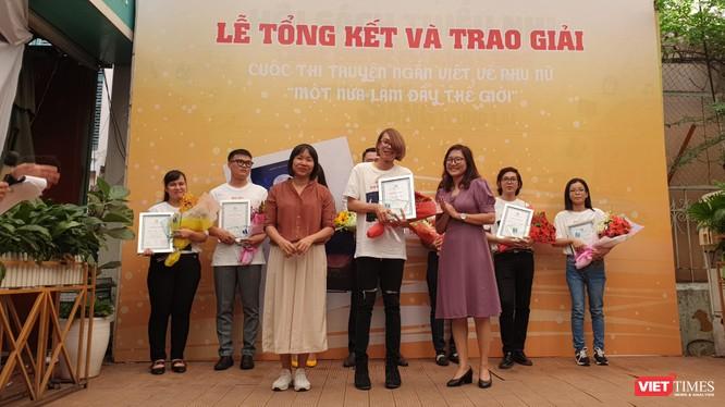 """Nhà văn Nguyễn Ngọc Tư (bên trái) xuất hiện tại TP.HCM trao giải cho các cây viết """"Một nửa làm đầy thế giới"""""""