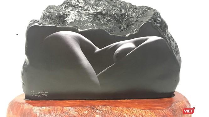 Một tác phẩm ảnh nude của Thái Phiên in lên đá đen