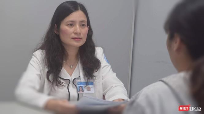 Bác sĩ Lê Thị Minh Châu - Trưởng Khoa Vô sinh hiếm muộn (BV Từ Dũ) tư vấn cho bệnh nhân hiếm muộn đã thành công ở lần sinh con thứ nhất