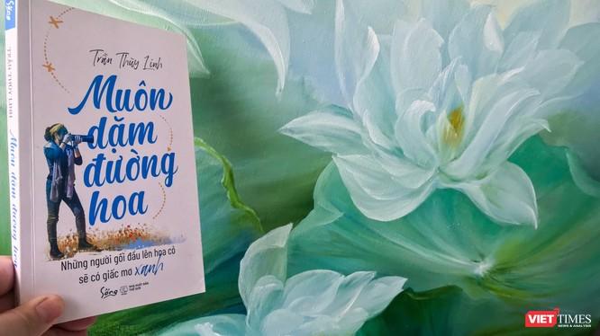 """Họa sĩ - tác giả Trần Thùy Linh vừa giới thiệu """"Muôn dặm đường hoa"""" tới công chúng đọc"""