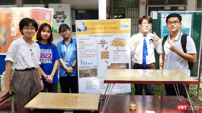 Nhóm 5 bạn trẻ (từ trái qua) Nguyễn Minh Tuệ, Nguyễn Thị Thanh Tuyền, Nguyễn Phúc Kiều Ly, Đoàn Ngọc Danh, Nguyễn Phan Quang Anh