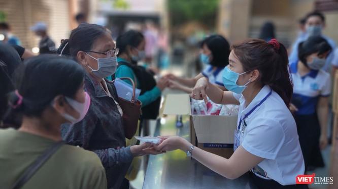 BV Đại học Y Dược TP.HCM tiến hành tặng nước súc miệng - súc họng sát khuẩn phòng virus Corona cho bệnh nhân và người nhà nuôi bệnh