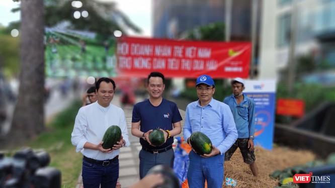 Nhiều doanh nghiệp và cá nhân tham gia hỗ trợ nông dân Gia Lai tiêu thụ 20 tấn dưa hấu trong chiều 11/2 (Ảnh: Hòa Bình)
