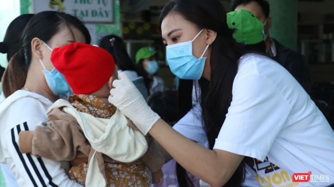 Á hậu Kim Duyên phát khẩu trang y tế miễn phí và hướng dẫn người dân Cần Thơ cách đeo (Ảnh: Nhân vật cung cấp)
