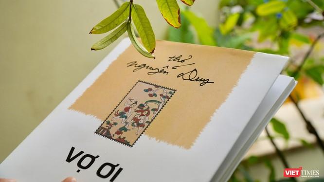 """Bìa tập thơ """"Vợ ơi"""" của nhà thơ Nguyễn Duy (Ảnh: Hòa Bình)"""
