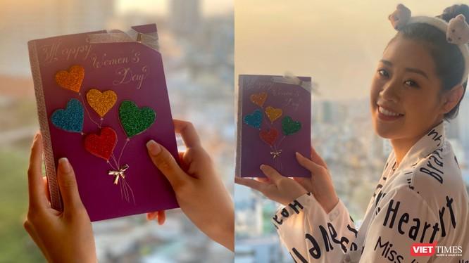 Hoa hậu Khánh Vân tự tay làm thiệp tặng mẹ (Ảnh: NVCC - Hòa Bình ghép)