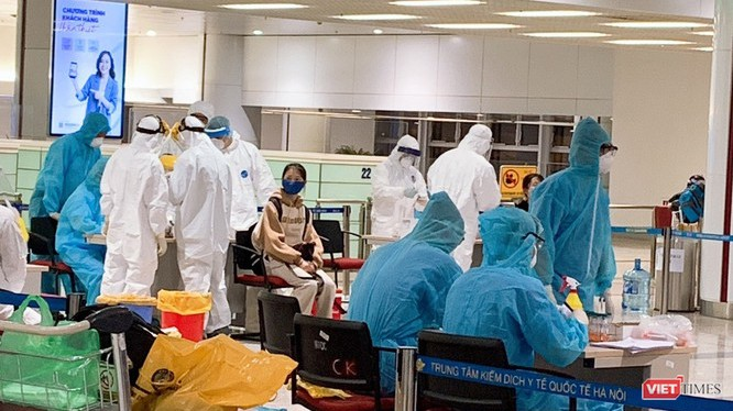 Trong lúc cơ quan chức năng tích cực lấy mẫu xét nghiệm hành khách châu Âu về sân bay Nội Bài, nhóm khách về từ vùng dịch Qatar gây náo loạn (Ảnh: Nam Khánh - Văn Trọng)