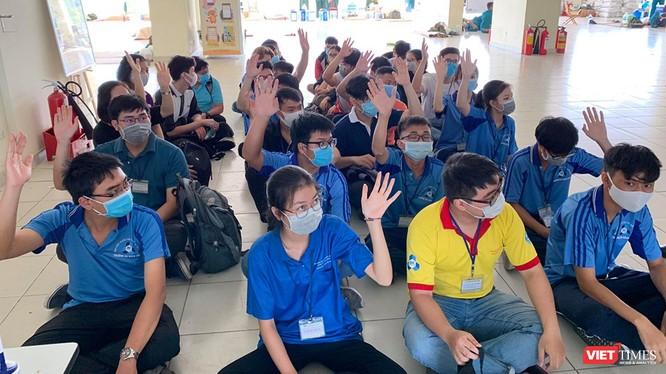 Sinh viên ĐHQG TP.HCM tình nguyện dọn dẹp KTX nhường chỗ làm nơi lưu trú cách ly cho người nhập cảnh (Ảnh: Ban Quản lý KTX ĐHQG)