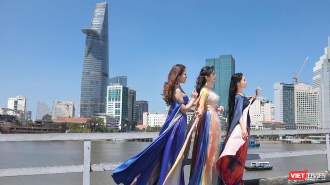 Nhóm Phù sa đẹp dịu dàng, lộng lẫy trong áo dài của NTK Việt Hùng (Ảnh: Hứa Quý Long)