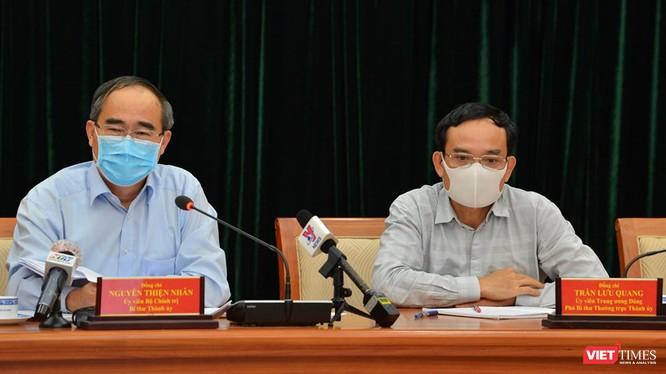 Bí thư thành ủy Nguyễn Thiện Nhân và Phó bí thư thường trực Trần Lưu Quang tại cuộc họp chiều 24/3 (Ảnh: TB)