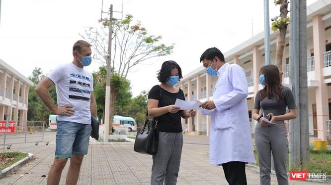 BV Dã chiến Củ Chi trao giấy ra viện cho bệnh nhân xuất viện - Ảnh- Đình Nguyên