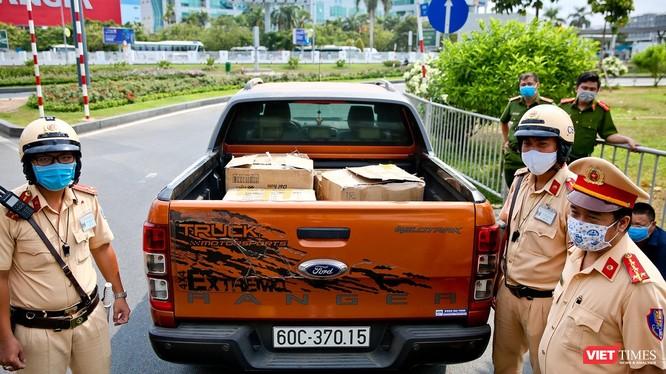Lực lượng chức năng tại chốt kiểm dịch ngay ngoài sân bay Tân Sơn Nhất bắt giữ lô hàng 10.000 khẩu trang lậu, đem tiêu hủy (Ảnh: PC08)