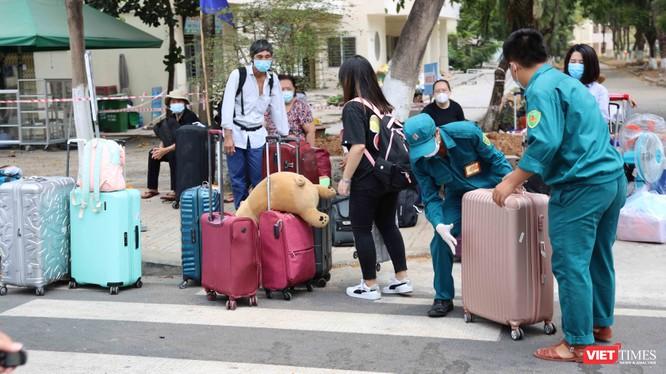 Hơn 6.300 người hết hạn cách ly tập trung được trở về với gia đình (Ảnh: Đình Nguyên)