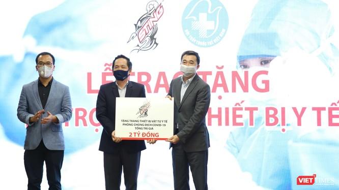Đại diện Sting trao tặng 2 tỉ đồng mua thiết bị y tế phòng chống COVID-19 (Ảnh: TB)