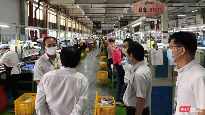 Đoàn kiểm tra đã lập biên bản Công ty TNHH PouYuen Việt Nam không đảm bảo công tác phòng, chống dịch Covid-19 (Ảnh Đình Nguyên)