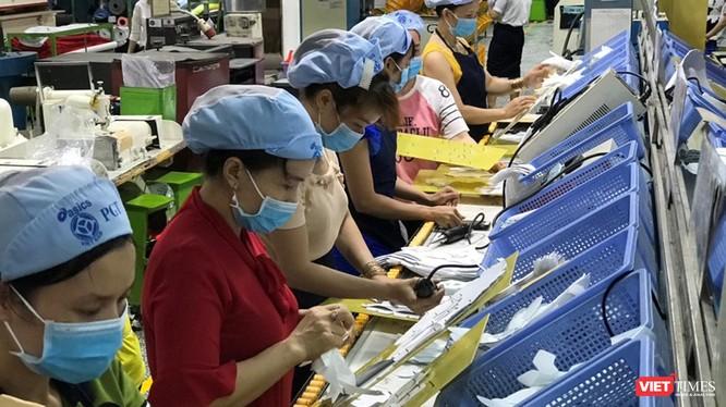 TP.HCM xét nghiệm đồng loạt cho hàng ngàn công nhân. Ảnh chụp một khu vực làm việc tại nhà xưởng của Công ty TNHH PouYuen Việt Nam mới đây vừa bị đình chỉ hoạt động do không đảm bảo công tác phòng chống COVID-19 (Ảnh: Đình Nguyên)