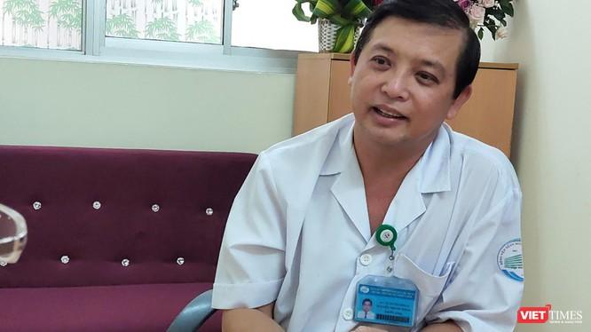 Bác sĩ Nguyễn Thanh Phong, Trưởng khoa Nhiễm D, BV Bệnh Nhiệt đới TP.HCM nói về ca bệnh 22 dương tính trở lại sau 3 lần âm tính (Ảnh: Hòa Bình)