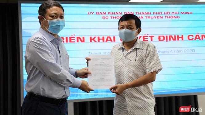 Phó Chủ tịch UBND TP.HCM Dương Anh Đức trao quyết định bổ nhiệm Phó Giám đốc Trung tâm Báo chí TPHCM cho ông Nguyễn Văn Khanh (Ảnh: Đình Nguyên)