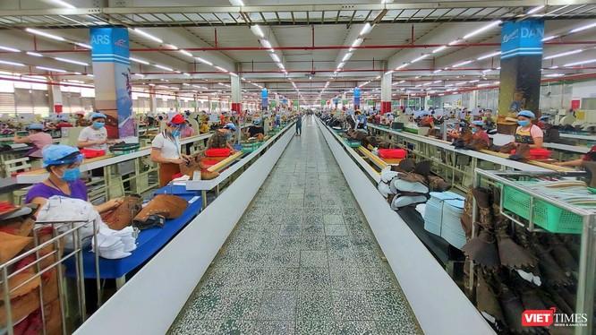 Công nhân làm việc tại một phân xưởng của công ty Pou Yuen