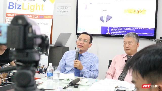 TS Bùi Quang Tín, CEO trường doanh nhân BizLight (người cầm micro) mới đây đã tử vong tại một buổi tiệc trong lúc cách ly toàn xã hội (Ảnh: MT)