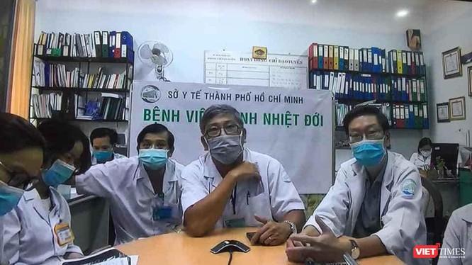 Các bác sĩ BV Bệnh Nhiệt đới hội chẩn bệnh nhân nặng COVID-19 cấp quốc gia (Ảnh: TTKT)