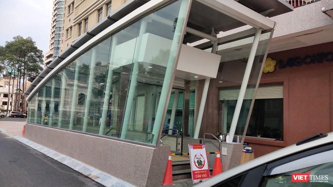 Lối xuống Ga Metro trung tâm, trước cửa Nhà hát TP.HCM (Ảnh: Hòa Bình)