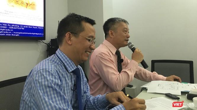 TS Bùi Quang Tín (bên trái) trong một buổi làm việc tại trường doanh nhân Biz Light (Ảnh: HB)