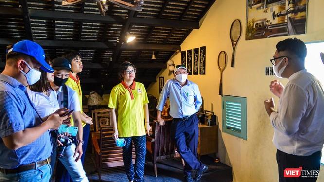 """Chương trình tour đặc biệt """"Theo dấu chân Biệt động Sài Gòn"""" đi vào hệ thống hầm nổi, địa đạo chứa người và vũ khí ngay trong lòng đô thị (Ảnh: SDL)"""