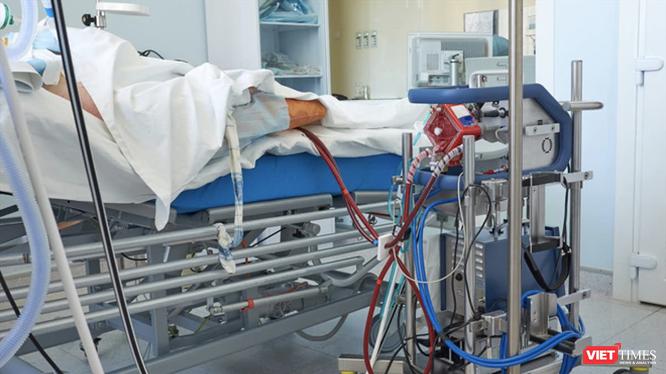 Bệnh nhân 91 phi công người Anh đang phụ thuộc hoàn toàn vào kỹ thuật ECMO (tim phổi nhân tạo) - Ảnh: SYT