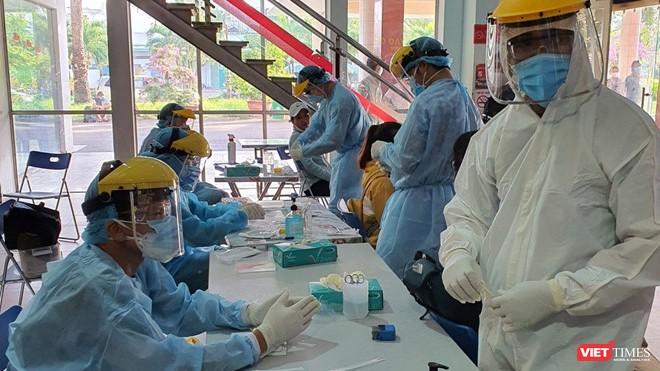 Lấy mẫu xét nghiệm COVID-19 tại Trung tâm y tế quận Tân Bình (Ảnh: TTYT)