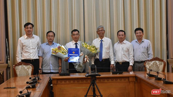 Ông Võ Văn Hoan - Phó chủ tịch UBND TP.HCM trao quyết định bổ nhiệm tân Phó Giám đốc Sở Xây dựng cho ông Huỳnh Thanh Khiết (Ảnh: Thành ủy TP.HCM)