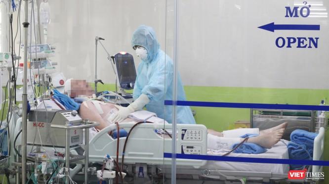 Các bác sĩ đang điều trị cho bệnh nhân 91 tại Khoa Hồi sức cấp cứu BV Chợ Rẫy