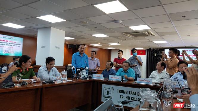 Thầy Nguyễn Văn Phúc - Hiệu trưởng trường THCS Bạch Đằng trả lời về vụ việc cây phượng đổ khiến 1 học sinh tử vong (Ảnh: Hòa Bình)