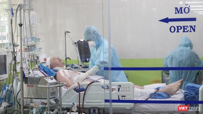 Bệnh nhân 91, phi công người Anh đang được tiếp tục điều trị tích cực tại BV Chợ Rẫy (Ảnh: BVCC)