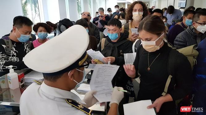 Kiểm dịch y tế quốc tế cho người nhập cảnh tại sân bay Tân Sơn Nhất (Ảnh: TTKD)