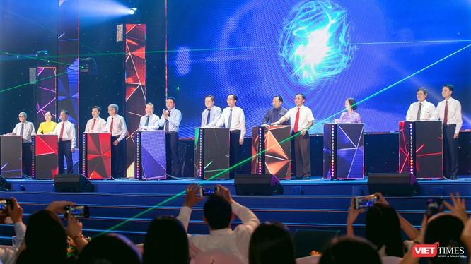 Các đại biểu nhấn nút kích cầu du lịch nội địa tại Ngày hội Du lịch TP.HCM (Ảnh: HB)