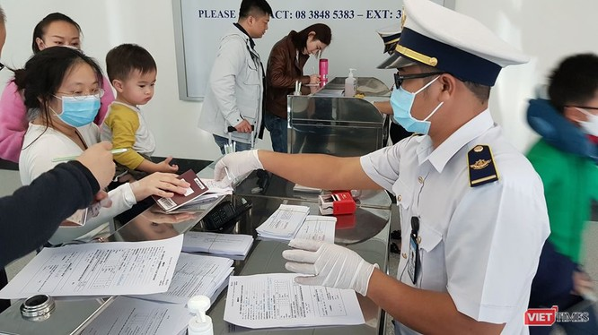 Kiểm dịch y tế quốc tế TP.HCM tại sân bay Tân Sơn Nhất (Ảnh: TTKD)
