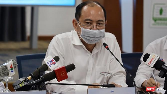 BS Tăng Chí Thượng - Phó GĐ Sở Y tế TP.HCM cho biết Sở đã tiến hành điều tra khẩn cấp hơn 100 trường hợp tiếp xúc gần với BN449 và BN450 (Ảnh: Đình Nguyên)
