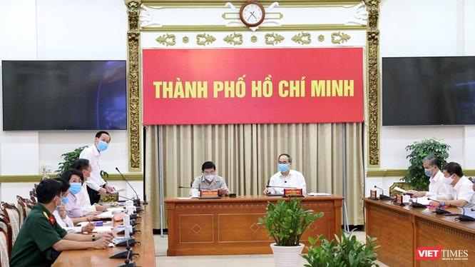 Bí thư Thành ủy TP.HCM Nguyễn Thiện Nhân và Chủ tịch UBND TP.HCM Nguyễn Thành Phong tại cuộc họp Ban Phòng chống dịch COVID-19 UBND TP.HCM chiều 3/8 (Ảnh: TTBC)