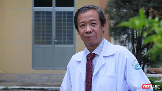 """TS.BS Nguyễn Văn Vĩnh Châu, Giám đốc BV Bệnh Nhiệt đới TP.HCM cảnh báo người dân không tự ý mua thuốc """"chữa COVID-19"""" như lời đồn đại vì có thể gây ngộ độc, tử vong (Ảnh: HB)"""